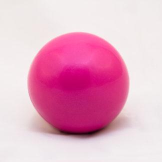 ümmargune lilla raskuspall kaalub 0,5 kg